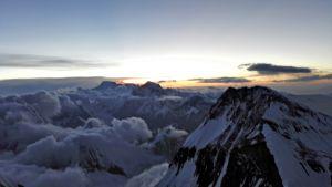 Kuva vuorien yli Mount Everestin kiipeilymatkalta perjantaina 24. toukokuuta.