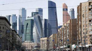 Katunäkymä Moskovasta. Useita pilvenpiirtäjiä.