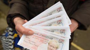 Nippu Boris Johnsonin kuvalla varustettuja seteleitä.