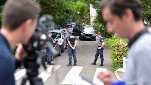 Poliisin erikoisjoukot tutkivat pommi-iskusta epäillyn asuinynpäristöä Oullinsissa