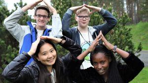 Joukko koululaisten ilmastokokoukseen osallistuvia nuoria