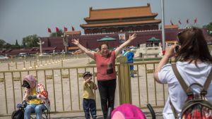 Kiinalaisturistit poseerasivat Tiananmenin aukiolla Pekingissä 16. toukokuuta.