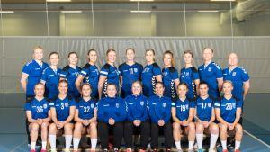 Suomen naisten käsipallomaajoukkue kuvassa