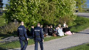 Poliisi valvoo nuorison illanviettoa Helsingin Kaivopuistossa.