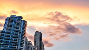 Pilvenpiirtäjiä oranssisen taivaan alla Floridan Miamissa.