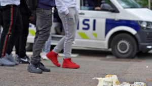 Oluttölkkejä Esplanadin puistossa Helsingissä lauantai-iltana ensimmäinen kesäkuuta 2019. Poliisiauto taustalla.