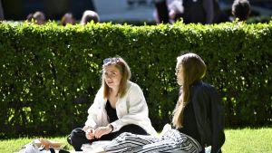 Ihmisiä nauttimassa aurinkoisestä säästä helatorstaipäivänä Esplanadin puistossa Helsingissä 30. toukokuuta 2019.
