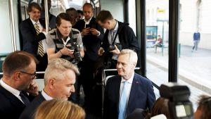 Puoluejohtajat matkasivat aamulla Säätytalosta Oodiin raitiovaunulla.