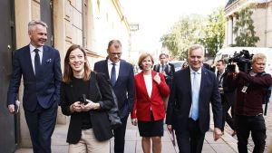 Hallituspuolueiden puheenjohtajat matkalla Säätytalosta Oodiin.