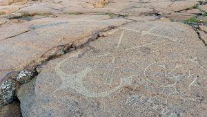 Kallioon hakattu ankkuria esittävä kuvio Porin Reposaaressa.