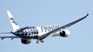 Finnairin matkustajakone lähdössä Helsinki-Vantaan lentokentältä.