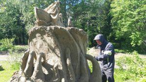Timo Koivisto tekee hiekkaveistosta.