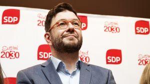Uuden hallituksen työministeri Timo Harakka SDP:n puoluevaltuuston kokouksen jälkeen pidetyssä tiedotustilaisuudessa