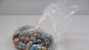 Tamperelaisesta autosta löytyneitä huumekapseleita.