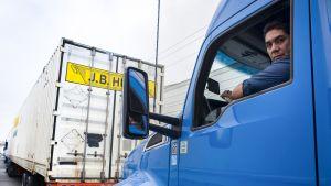 Rekka-autot jonottavat Tijuanan rajanylityspaikalla Meksikossa.
