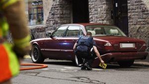Poliisi suorittaa teknistä tutkintaa onnettumuuspaikalla, jossa yksi kuoli ja muutamia loukkaantui yliajossa Helsingin keskustassa Lönnrotinkadun ja Annankadun risteyksessä perjantai-iltana 28. heinäkuuta 2017.