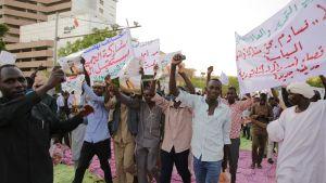 Sudanin väliaikaista sotilashallintoa tukeva mielenosoitus Khartoumissa.