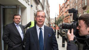 Rahoittaja, ehdokas ja julkisuus. Kesällä 2015 Nigel Farage johti EU-eroa vaativaa Ukip-puoluetta. Liikemies Arron Banks (vas.) oli yksi puolueen rahoittajista. Nyt Euroopan parlamentti haluaa selvyyttä Faragen raha-asioihin. Arkistokuva.