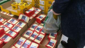 Venäläinen asiakas ottaa muovikassiin juustoja