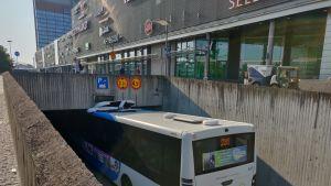 HSL bussi jumissa Sellon kauppakeskuksella