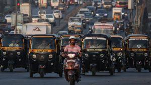 Intia pohtii kuljetuspalveluiden autojen ja muiden kulkuvälineiden sähköistämistä. Tässä autoriksoja Mumbaissa marraskuussa 2018.