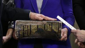 Käsi vanhalla raamatulla.