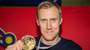 Marko Anttila esitteli kultamitaliaan Jokerien mediatilaisuudessa.