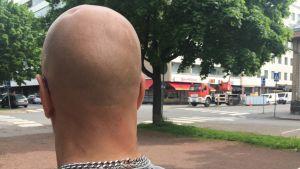 """Satakuntalainen """"Kauko"""" istuu puistonpenkillä."""