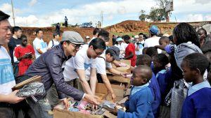 Alec Su (toinen vasemmalta) vierailulla Kenian Nairobissa maaliskuussa 2010.