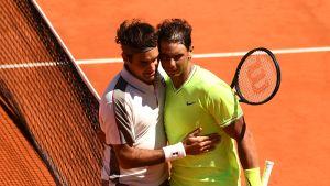 Rafael Nadal (oik.) kukisti jo 14. kerran Roger Federerin massakentällä.