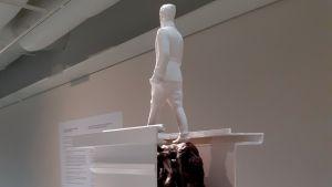 Jani Leinosen taideteos Mannerheimista seisomassa ruumiiden päällä.