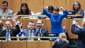 Viron presidentti Kersi Kaljulaid selvästi riemastui YK:n yleiskokouksen äänestettyä turvaneuvostoon uudet jäsenmaat. Viro voitti äänestyksessä Romanian.