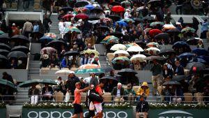 Novak Djokovic joutui poistumaan Roland Garros'n kentältä sateen iskiessä kesken välieräottelun.