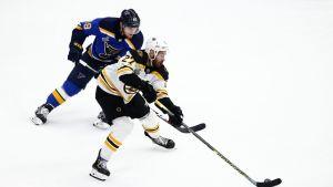 Ivan Barbashev ja John Moore NHL:n neljännessä finaalissa.