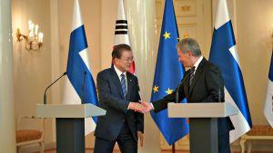 Etelä-Korean presidentti Moon Jae-in ja presidentti Sauli Niinistö kättelivät lehdistötilaisuuden päätteeksi maanantaina 10. kesäkuuta 2019.