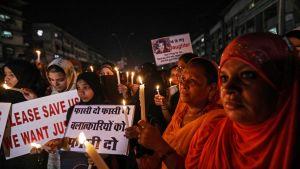 Intiassa naiset marssivat kynttilämielenosoituksessa 16. huhtikuuta 2018. Ihmiset olivat kokoontuneet vastustamaan  Jammun ja Kashmirin alueilla sattuneita lapsiin kohdistuneita raiskauksia.