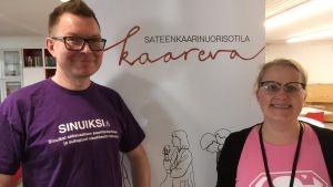 Nuorisotila Kaarevan avajaisissa johtava koordinaattori Tiina-Liisa Vehkalahti ja Pirkanmaan Setan toiminnanjohtaja Mikko Väisänen.