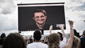 Edward Snowden skreenillä Roskilde -festivaaleissa.