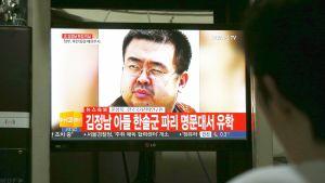 Eteläkorealaismies katselee televisiosta uutisointia Pohjois-Korean johtajan Kim Jong-unin velipuolen Kim Jong-namin murhasta helmikuussa 2017.