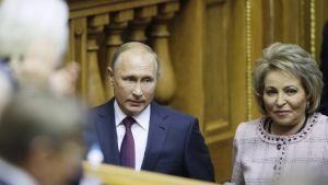 Valentina Matvijenko presidentti Vladimir Putinin seurassa.