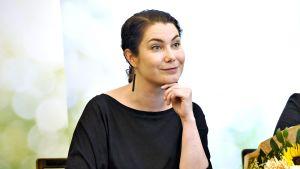 Vihreiden eduskuntaryhmän uudeksi puheenjohtajaksi valittu Emma Kari eduskuntaryhmän kokouksen tiedotustilaisuudessa Helsingissä 11. kesäkuuta 2019.