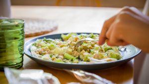 Syödään eines salaattia pöydässä.