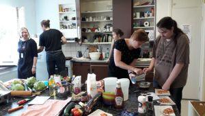 Keittiössä tehdään ruokaa