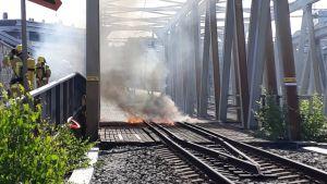 Helsingin pelastuslaitoksen kuva rautatiesillalta palon aikaan.