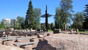Palaneen kirkon raunioille pystytetty muistoristi Ylivieskassa. Vuonna 1786 valmistunut kirkko tuhoutui tuhopoltossa maaliskuussa 2016.