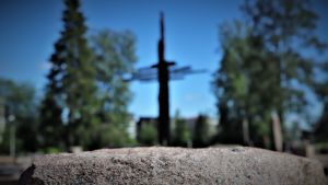 Muistoristi Ylivieskan palaneen kirkon paikalla.