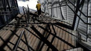 Nainen astelee portaita alas.