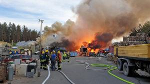 Laukaan Saviontiellä paloi suuri hakekasa keskiviikkoiltana 12. kesäkuuta.