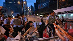 Hongkongin viranomaiset sulkevat virastoja kaupungissa valloillaan olevien mielenosoitusten vuoksi. Paikalliset poliisit siivosivat mielenosoittajien barrikadeja varhain torstaiaamuna.