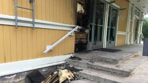 Jungsborgin pääsisäänkäynnin seinä sytytettiin tuleen 10.6.2019.